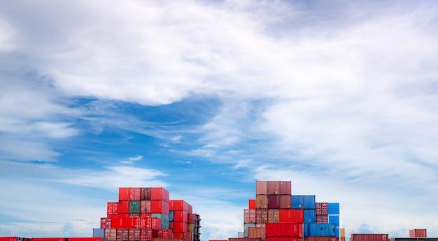 Logistieke container. vracht- en scheepvaart. containerschip voor import en export logistiek. container vrachtstation. logistieke industrie van haven tot haven. container voor vrachtwagenvervoer. Premium Foto