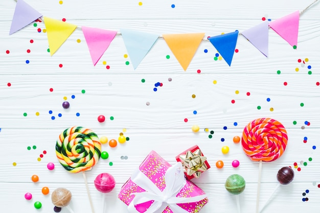Lollipops en geschenken in confetti Gratis Foto