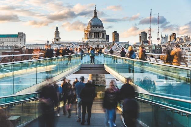 Londen en st paul cathedral met wazige mensen Premium Foto