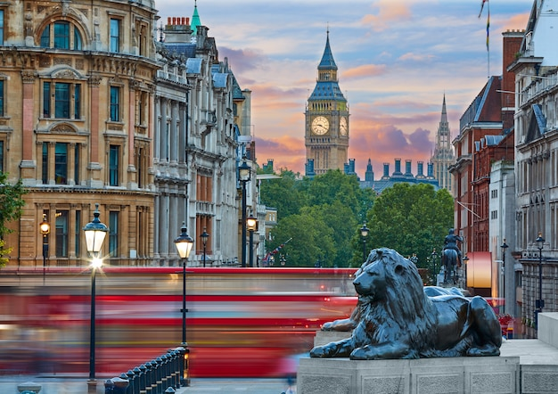 Londen trafalgar square leeuw en big ben Premium Foto