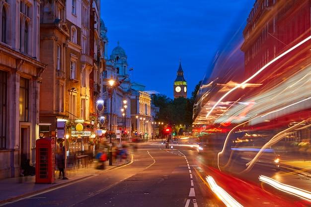 London Big Ben from Trafalgar Square verkeer Premium Foto