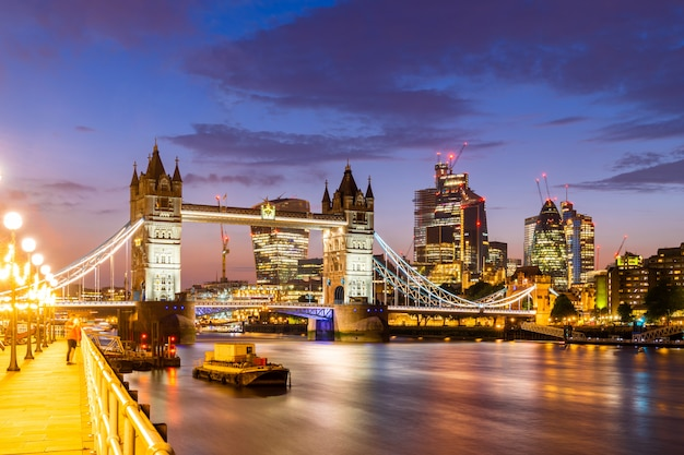 London tower bridge met downtown gebouw Premium Foto