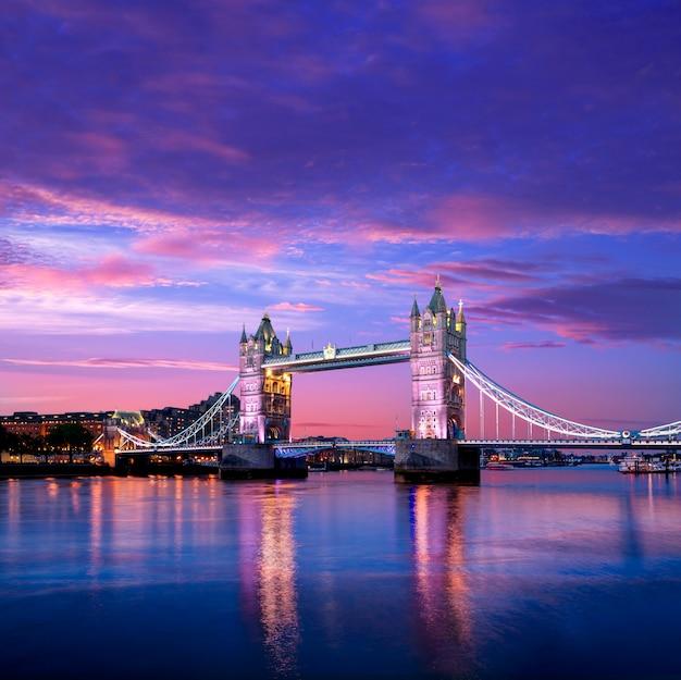 London tower bridge-zonsondergang op de rivier van theems Premium Foto
