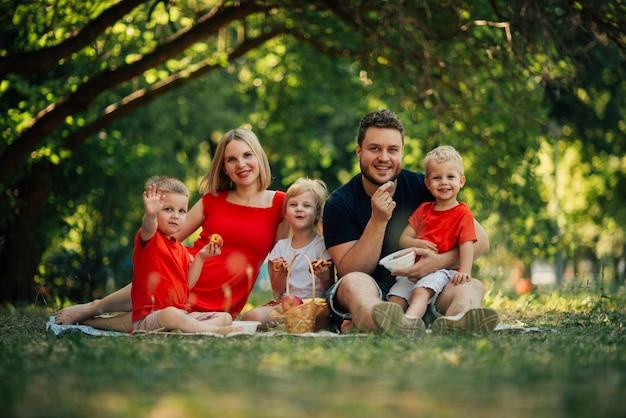Long shot gelukkige familie camera kijken Gratis Foto