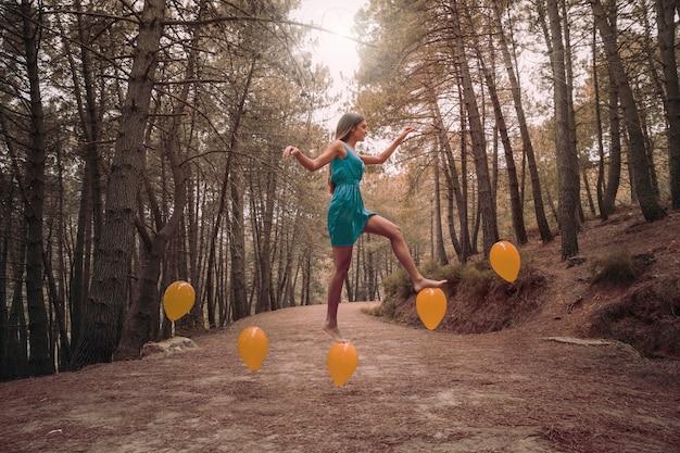 Long shot vrouw intensivering op levitatie ballonnen Gratis Foto