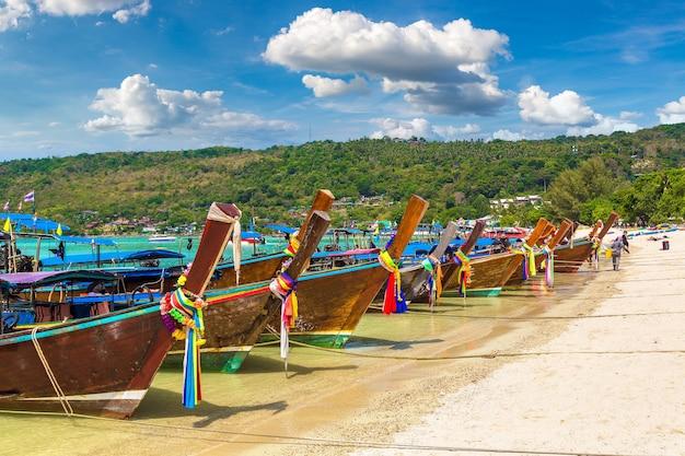 Longtailboot bij logboek dalum beach op phi phi don-eiland in thailand Premium Foto