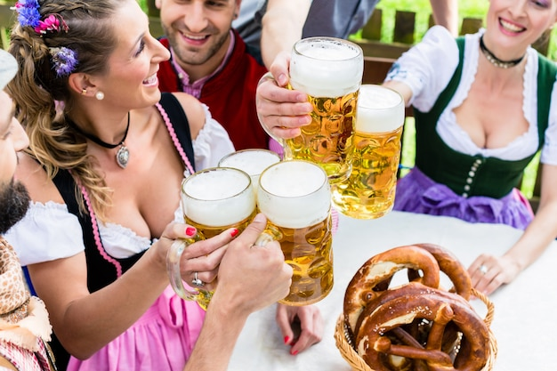 Lonkende glazen met bier in beierse kroeg Premium Foto