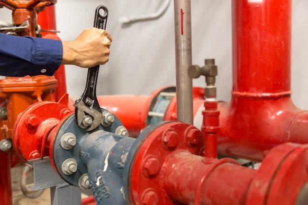 Loodgieter repareren en uitvoeren van onderhoud grote waterleidingen. Premium Foto