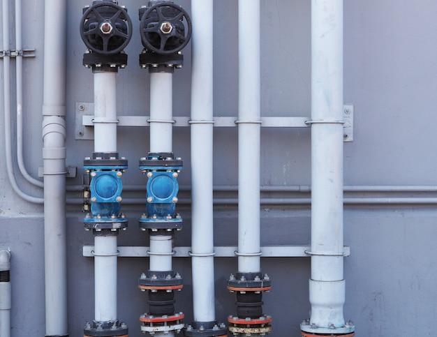 Loodgieterswerkwaterklep dicht open op muur bij industrieel Premium Foto