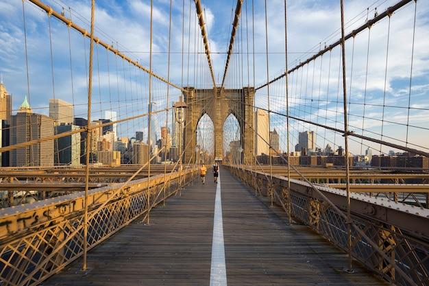 Lopers die via brooklyn bridge naar manhattan pendelen. new york, verenigde staten Gratis Foto