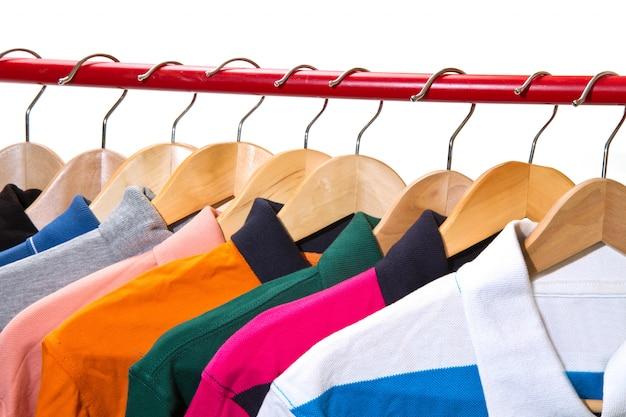 Lotsfield met t-shirts op hangers Premium Foto