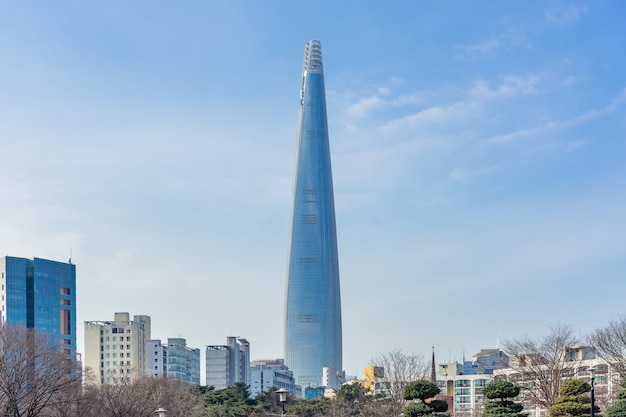 Lotte world tower en stadsbeeld met bewolkte blauwe hemel in de winter Premium Foto