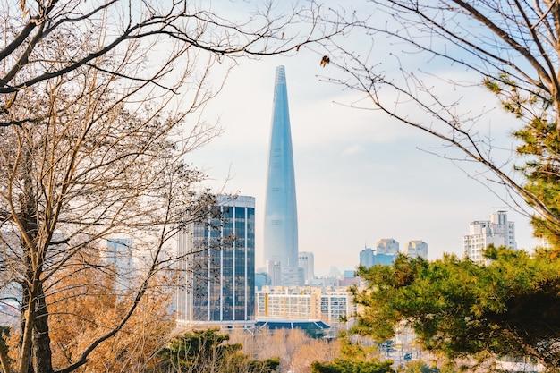 Lotte world tower en stadsbeeld met bewolkte blauwe hemel in de winter Premium Foto