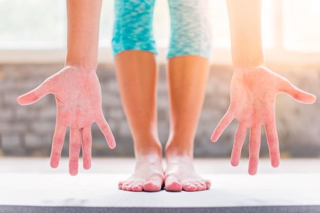 Lowsectionmening van een vrouw die haar palm toont Gratis Foto