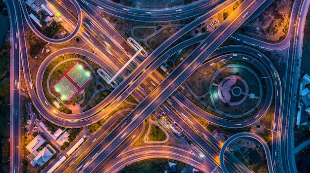 Lucht bovenaanzicht uitwisseling van een stad in de nacht Premium Foto