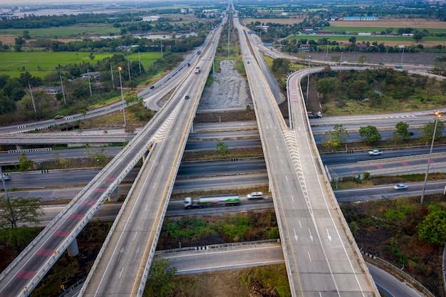 Lucht de viaducten van de meningsuitwisselingssnelweg en autosnelwegringsweg die in het concept van de het vervoerslogistiek van de stad in thailand verbinden Premium Foto