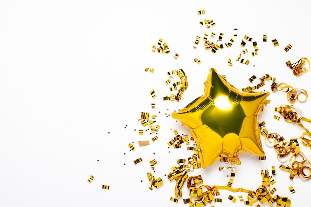 Lucht gouden ballonnen ster en confetti vorm op een witte achtergrond. Premium Foto