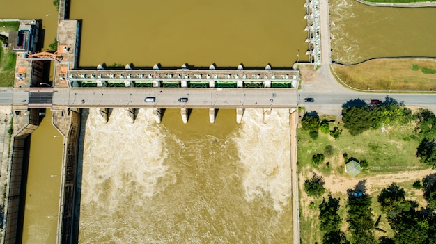 Lucht ontspruitende de vloedwater hydroelectric krachtcentraledam van de de lentevloed. Premium Foto