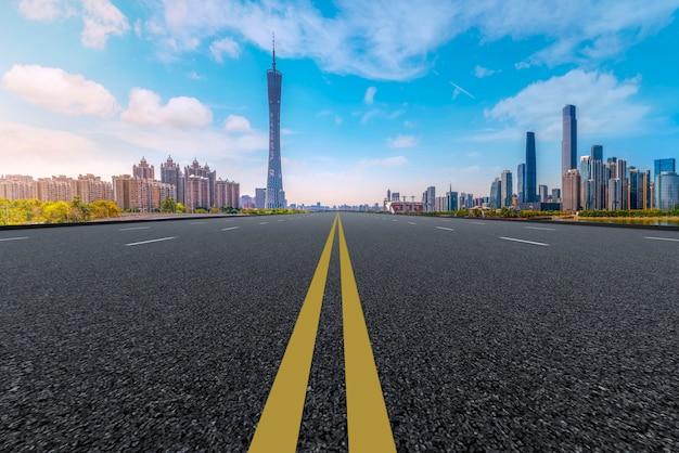 Lucht snelweg asfaltweg en kantoorgebouw van commerciële gebouwen, guangzhou moderne architectuur Premium Foto
