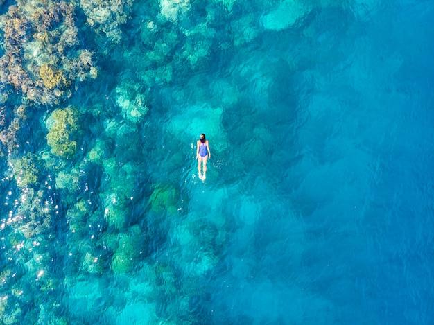 Lucht top-down mensen die op koraalrif tropische caraïbische overzees snorkelen Premium Foto