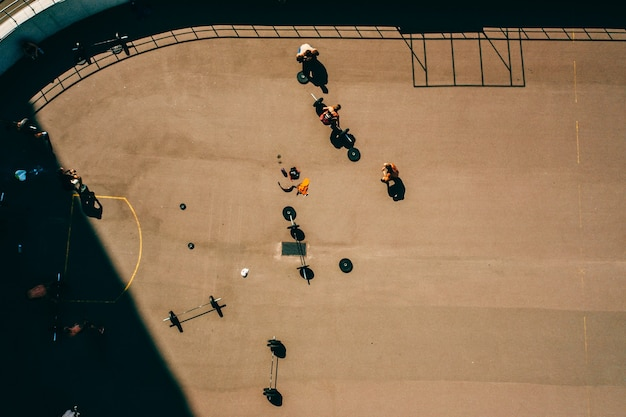 Luchtbeelden van een sportveld, mensen die aan gewichtheffen doen Gratis Foto