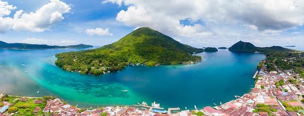 Luchtfoto banda-eilanden molukken archipel indonesië, pulau gunung api, lavastromen, wit zandstrand van koraalrif. top toeristische reisbestemming, beste duiken snorkelen. Premium Foto