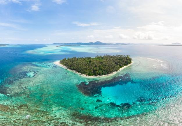 Luchtfoto banyak eilanden sumatra tropische archipel indonesië, koraalrif strand Premium Foto