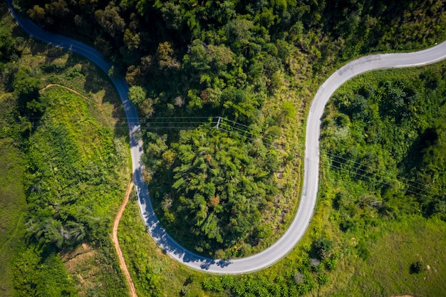 Luchtfoto bergpaden landelijke weg tussen de stad in doi chang chiang rai thailand Premium Foto