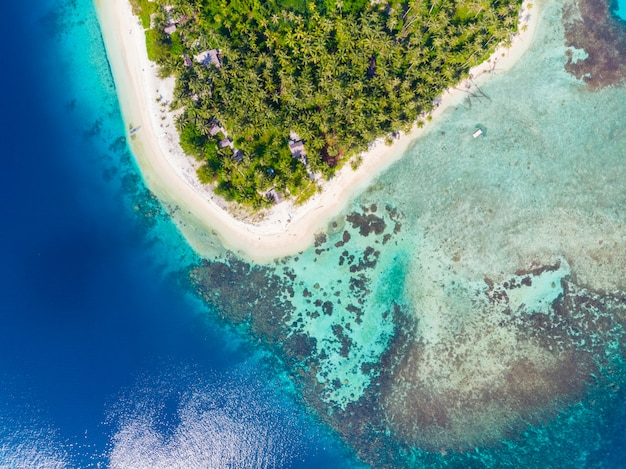 Luchtfoto bovenaanzicht banyak islands sumatra tropische archipel indonesië Premium Foto