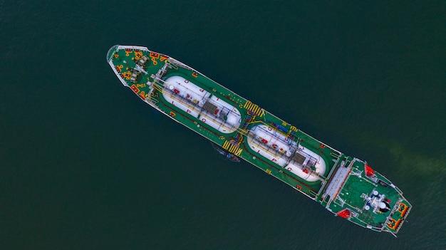 Luchtfoto bovenaanzicht lpg-tanker, zakelijke logistieke import en export van olie- en gastransport. Premium Foto
