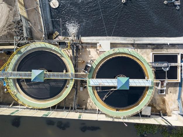 Luchtfoto bovenaanzicht van afvalwaterzuiveringssysteem op industrieterrein. Premium Foto
