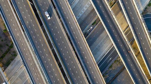 Luchtfoto bovenaanzicht van de snelweg Premium Foto