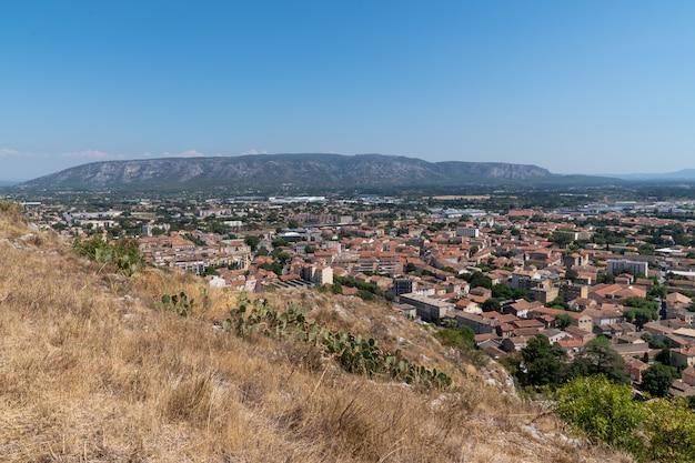 Luchtfoto bovenaanzicht van de stad cavaillon ten zuiden van frankrijk Premium Foto