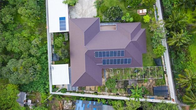 Luchtfoto bovenaanzicht van de zonnecellen op het dak, zonnepanelen geïnstalleerd op het dak van het huis genomen met de drones Premium Foto