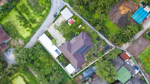 Luchtfoto bovenaanzicht van de zonnecellen op het dak, zonnepanelen geïnstalleerd op het dak van het huis Premium Foto