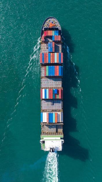 Luchtfoto bovenaanzicht van grote containervrachtschip in export en import bedrijf en logistiek op zee Premium Foto