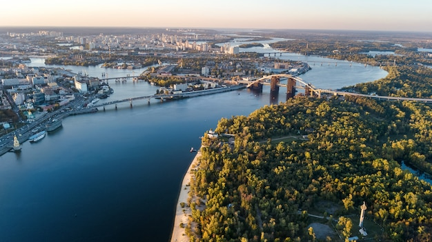 Luchtfoto bovenaanzicht van kiev stadsgezicht en parken, rivier de dnjepr, truchaniv eiland en bruggen van bovenaf, skyline van kiev, oekraïne Premium Foto