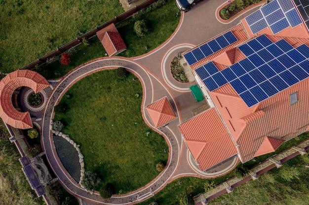Luchtfoto bovenaanzicht van nieuwe moderne woonhuis cottage met blauwe panelen Premium Foto