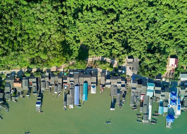 Luchtfoto bovenaanzicht van vliegende drone van vissersdorp Premium Foto