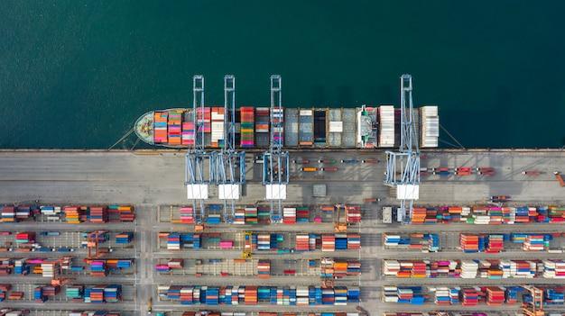 Luchtfoto containerschip transport container in import export bedrijfslogistiek en transport. Premium Foto