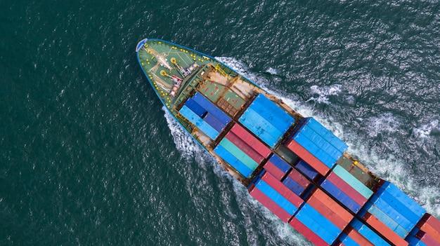 Luchtfoto containerschip uitvoering container in import export zakelijke logistiek en transport van internationaal per containerschip in de open zee. Premium Foto