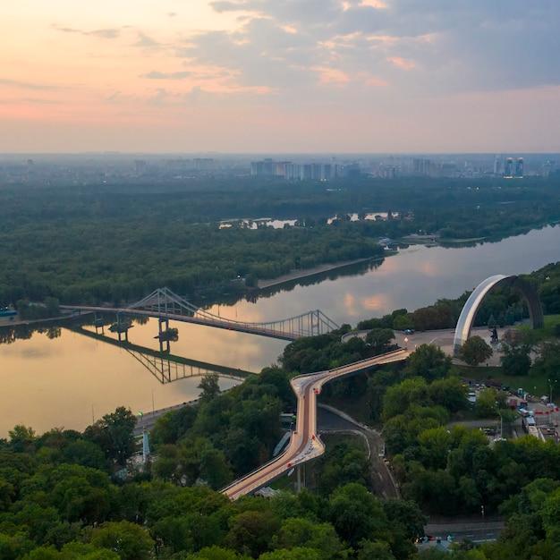 Luchtfoto. de voetgangersbrug in kiev Premium Foto