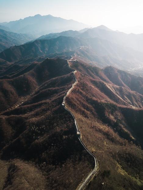 Luchtfoto drone-fotografie van de grote muur van china met zonlicht dat aan de zijkant schijnt Gratis Foto