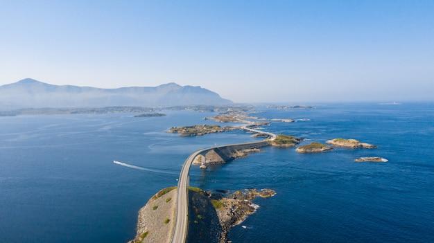 Luchtfoto drone shot van de verbazingwekkende en wereldberoemde atlantische weg in noorwegen. Premium Foto