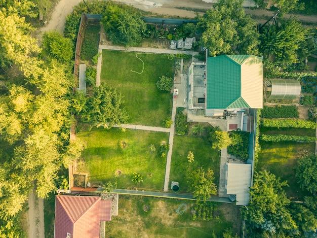 Luchtfoto drone shot van zomer plattelandshuisje met tuin f Premium Foto