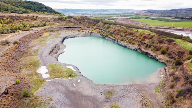 Luchtfoto drone uitzicht op de natuur in moldavië, meer met cyaan water Gratis Foto