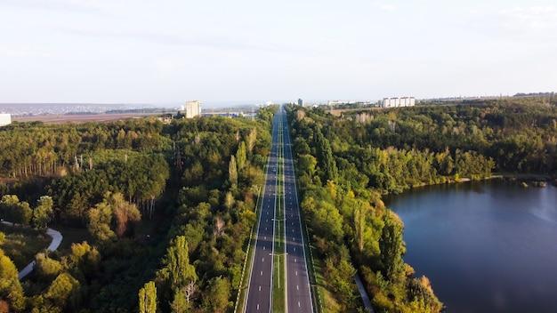 Luchtfoto drone uitzicht op de natuur in moldavië, weg met een meer en groene bomen erlangs Gratis Foto