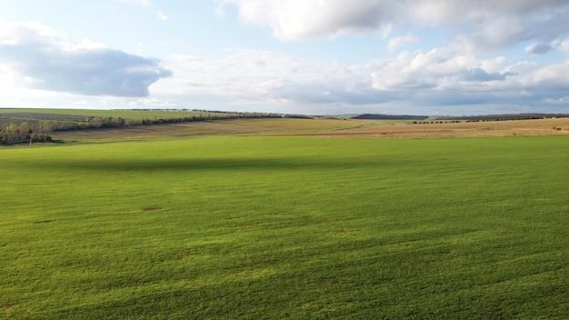 Luchtfoto drone-weergave van de natuur in moldavië, ingezaaide velden, bomen in de verte, bewolkte hemel Gratis Foto