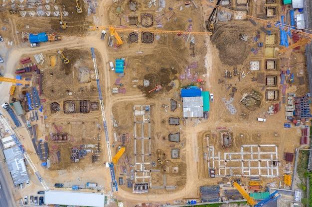 Luchtfoto drone weergave van graafmachine laden van de kipper op de bouwplaats Premium Foto