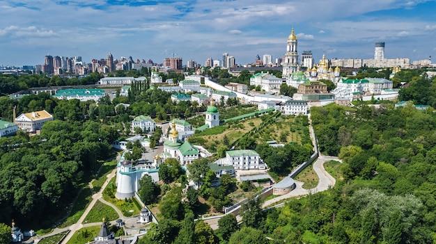 Luchtfoto drone weergave van kiev pechersk lavra kerken op heuvels van bovenaf, stadsgezicht van kiev stad, oekraïne Premium Foto